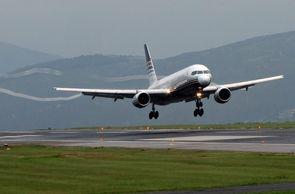 Gruppenflugzeug Boeing 757 bei der Landung