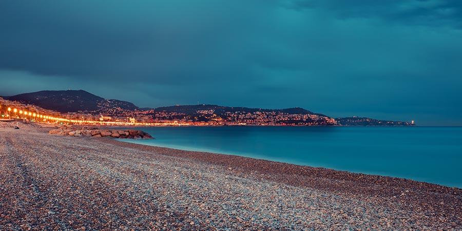 Strand von Nizza bei Nacht