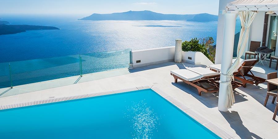Hotelpool auf Santorini mit traumhafter Aussicht auf das Meer